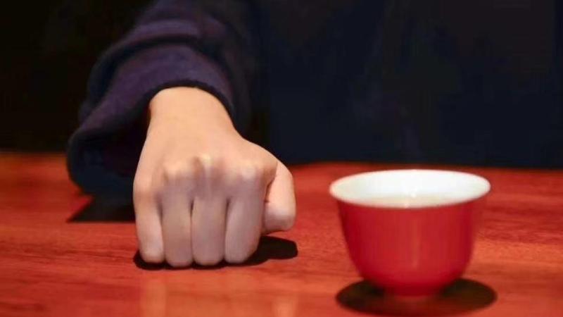 喝茶扣手的礼仪手势